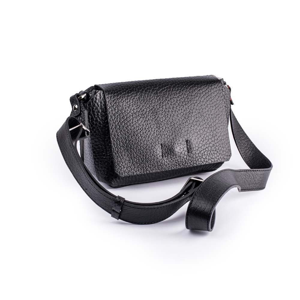 Маленька чорна сумка для носіння на плечі